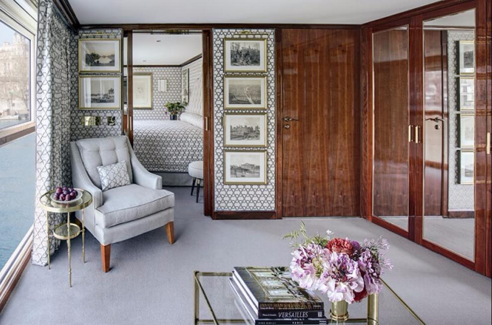 Elegant suite with armchair on Joie de Vivre